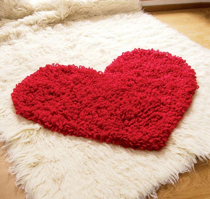 Коврик с вытянутыми петлями крючком в виде сердца