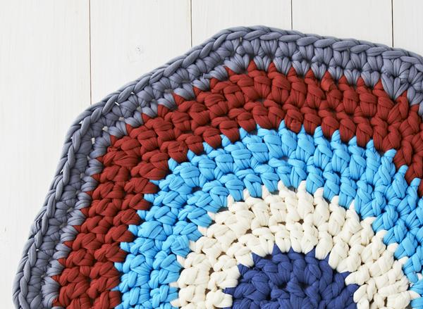 Круглый коврик крючком-закончите вязание серым цветом