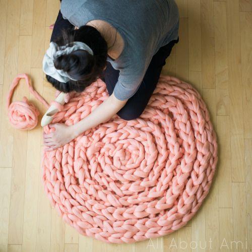 Объемный коврик крючком-завершите работу кругом из полустолбиков без накида