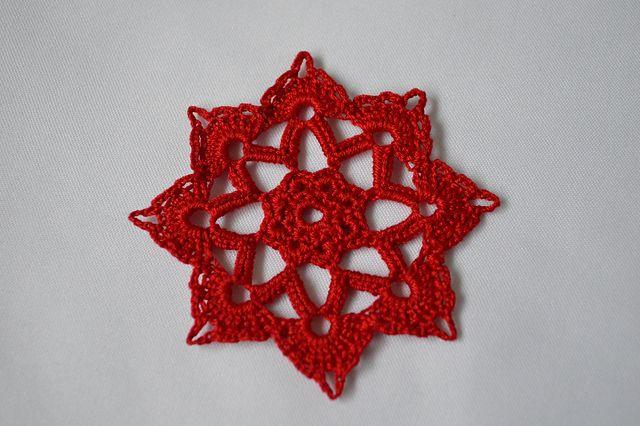 Снежинка крючком своими руками красная
