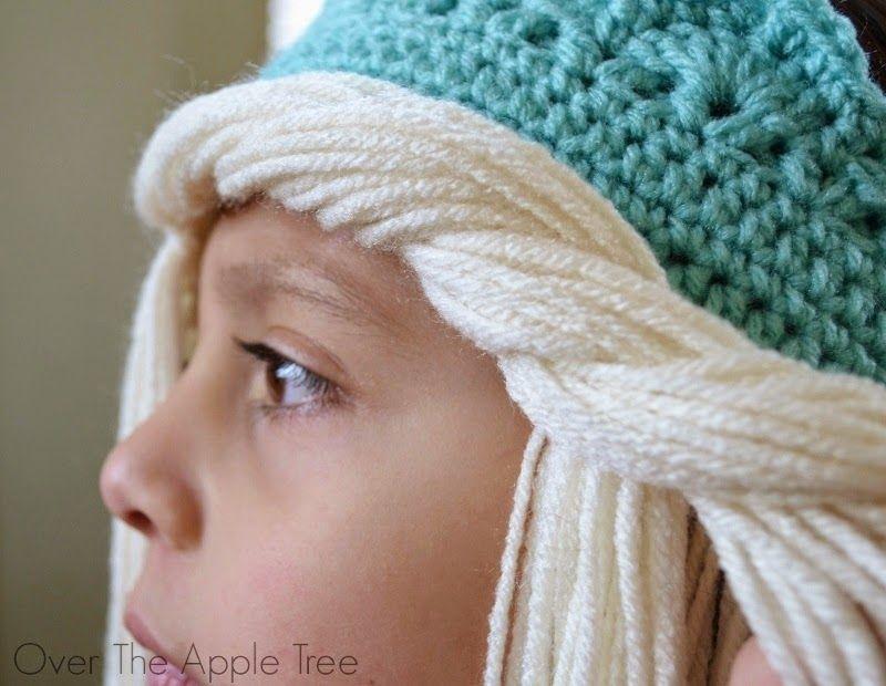 Шапка парик крючком на голове девочки