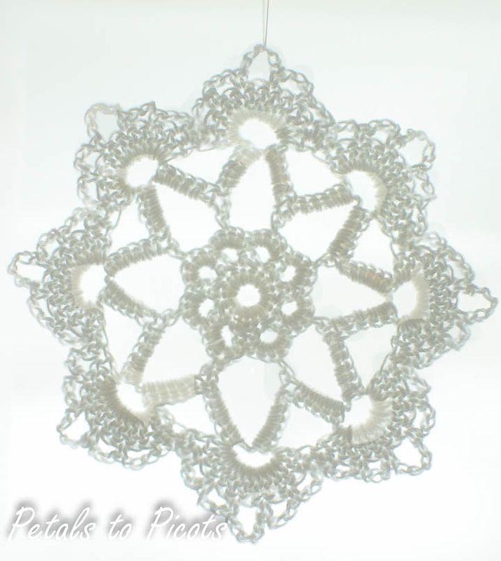 Снежинка крючком на белом фоне