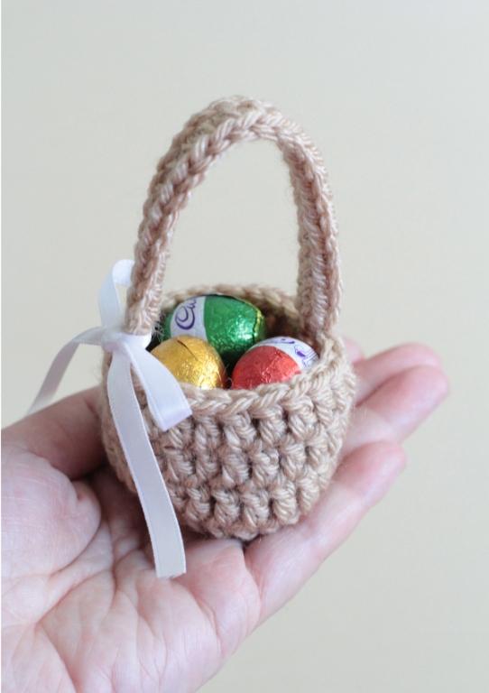 Вяжем крючком: пасхальная корзинка-сувенир