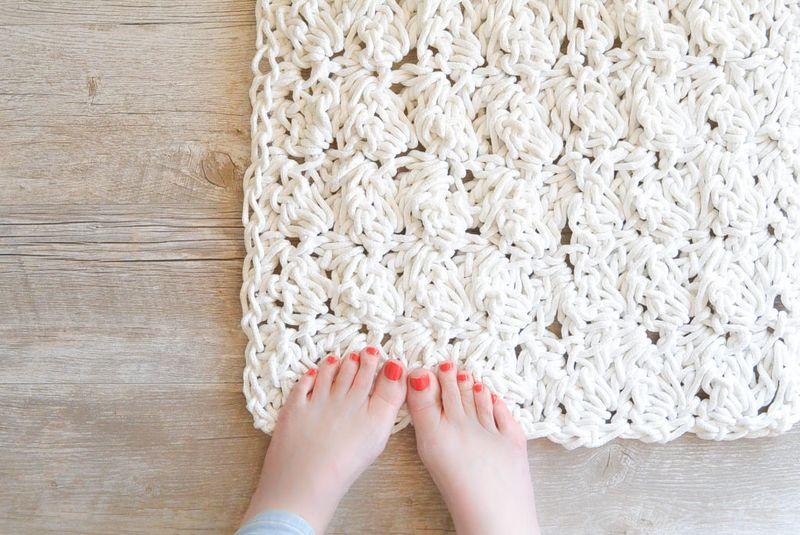 Как связать ажурный коврик крючком?