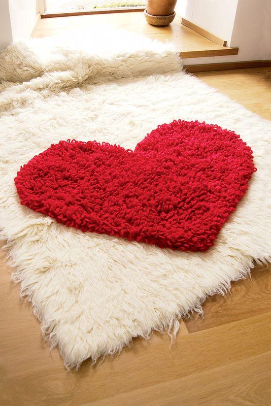 Коврик с вытянутыми петлями крючком «Сердце»
