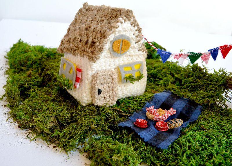 Домик крючком с декорацией пикника