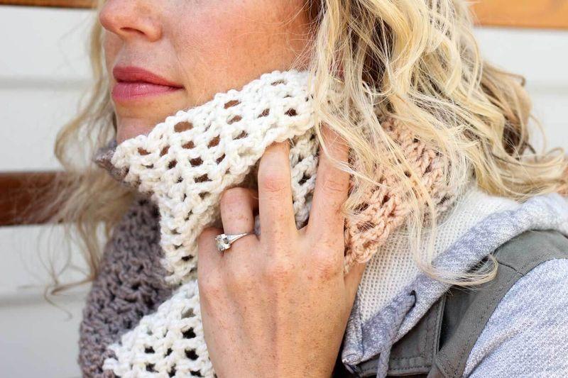 Как связать шарф крючком?